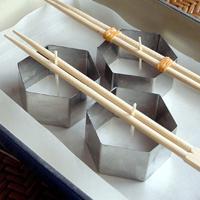 新しい割箸なら割ずにそのまま芯をはさみ、古いものははさんで輪ゴムでとめる。