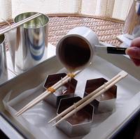 注ぎ口のある容器や、飲み口を1ヶ所つぶした紙コップなどを使うと便利。