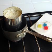 カンごと湯せんして、ドロップ状のミツロウを溶かし、液体にします。