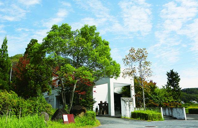 奈良の自然に囲まれた場所にある「井上企画・幡」の工房
