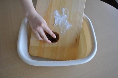 重曹をつけて洗う